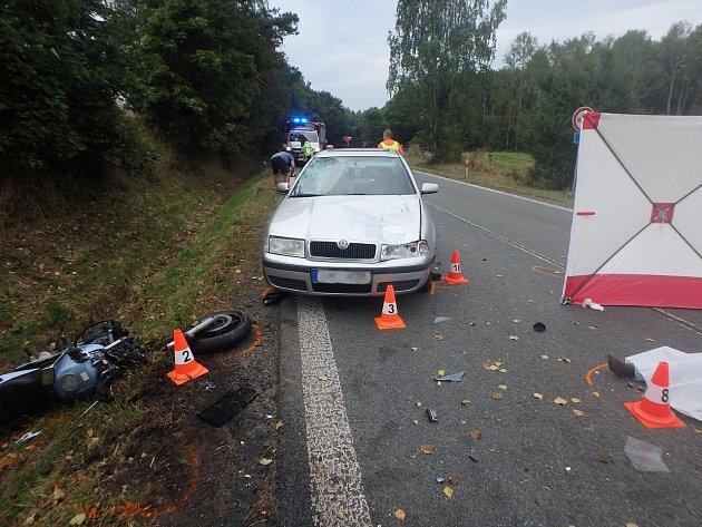 Dopravní nehoda osobáku smotorkou skončila tragicky