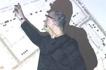 ARCHITEKT BORIS ŠONSKÝ ukazuje lidem v Hostinném návrh revitalizace.
