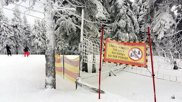 Ochranné sítě, umístěné podél sjezdovek, doplnily cedule, upozorňující na zákaz vjezdu do lesa.