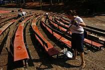 V pondělí bylo ještě na Bojišti živo. Především se po návštěvnících festivalu Open Air Trutnov uklízelo.