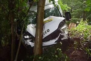 Dodávka sjela ze silnice, jeden muž utrpěl zranění.