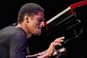 Gregory Privat hraje na klavír Bechstein při Jazzinci v trutnovském Uffu.