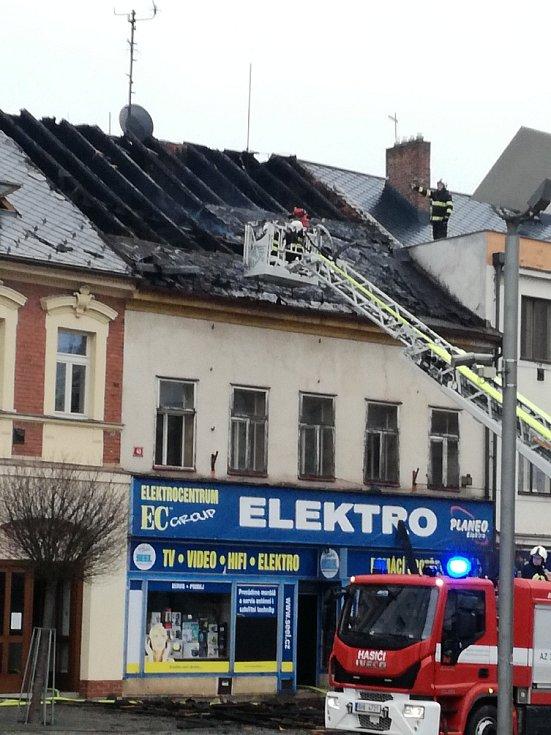 Při požáru domu na náměstí TGM ve Dvoře Králové nad Labem zasahovalo devět jednotek hasičů.