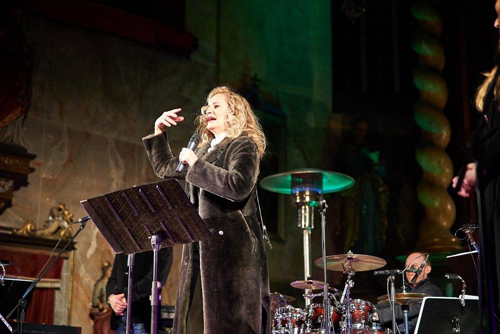 Tříkrálový koncert zpěvačky Moniky Absolonové a Boom!Bandu Jiřího Dvořáka naplnil kostel sv. Mikuláše v Horní Brusnici.