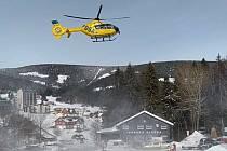 Na místo tragické události v Obřím dole v Krkonoších letěly dva vrtulníky záchranářů.