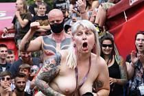 OEF Trutnov 2017 začal. Freak festival, který otevřel 19. ročník Obscene Extreme, nabídl brutální podívanou. Bičování rákoskou i bičem si užily i ženy.