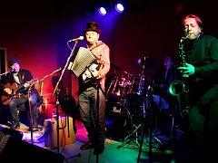 PÁLENKA uplynulou sobotu hostila písničkáře Václava Koubka, který dorazil i s kapelou.