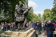 Slavnostní odhalení sochy Tanec smrti v trutnovském městském parku.