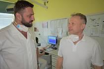 Nový primář gynekologicko-porodnického oddělení trutnovské nemocnice Jan Kestřánek (vlevo) s kolegou lékařem Karlem Červíčkem.