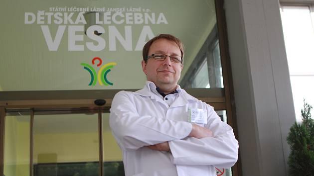 Vasil Janko opouští Dětskou léčebnu Vesna po 22 letech, stane se primářem nového oddělení dětské rehabilitace v pražském Motole.