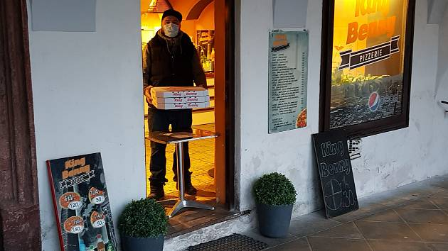 Češi prožívají novou situaci. Jídlo uvnitř restaurace nedostanou. Zbývá jim buď výdej z okna či dveří nebo rozvoz.