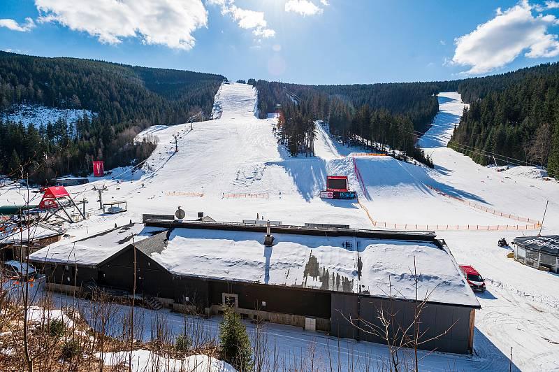 Skvělé podmínky, ale bez lyžařů. Sjezdovky ve Svatém Petru ve Špindlerově Mlýně zůstaly v zimě prázdné.