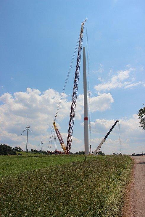 Jiří Trojan stojí za myšlenkou stavby třetí větrné elektrárny ve Zlaté Olešnici. Projekt plánoval už od roku 2008, letos v červnu elektrárnu mohutný jeřáb konečně vztyčil.