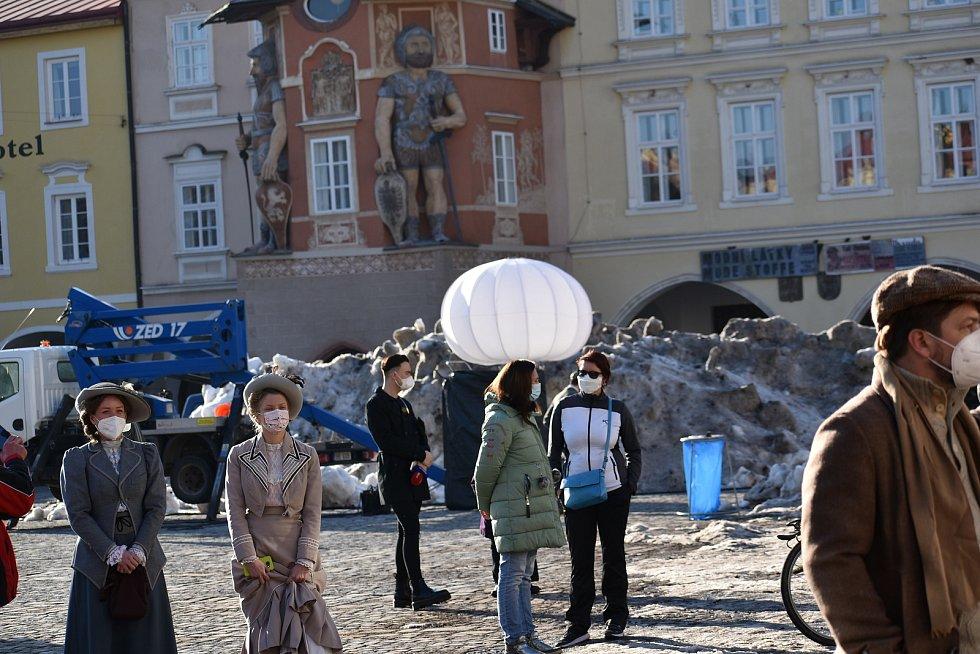 Natáčení filmu Poslední závod, který vypráví příběh lyžařů Hanče, Vrbaty a Ratha, na náměstí v Hostinném v neděli 28. února.