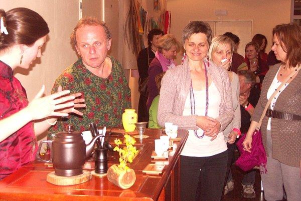 Čerstvý čaj na závěr obřadu provoněl předsálí Střelnice, ale sJaroslavem Duškem jej chtěl ochutnat každý