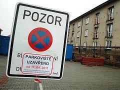 PRÁCE NA ZATEPLEŃÍ DVOU OBJEKTŮ v sídlišti Na Pilíři se dotkne i omezení provozu na přilehlých parkovištích.