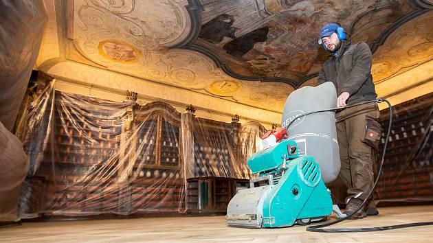 V historické lékárně v areálu barokního hospitalu v Kuksu  začala rekonstrukce přes sto let staré podlahy. Dubovou parketovou podlahu z počátku 20. století řemeslníci brousí, čistí a nakonec ji naolejují. Hotovo by mělo být do konce letošního roku.