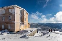 Nově postavená Petrova bouda v nejvyšších partiích Krkonoš má zahájit provoz pro veřejnost na přelomu ledna a února 2020.