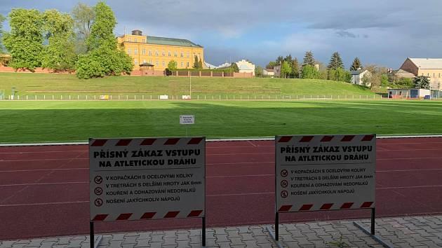 Ve Dvoře Králové nad Labem fotbalisté na trávník vyběhnou v příštím týdnu.