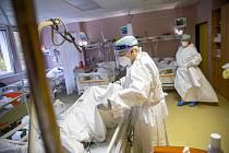 Covidové oddělení jednotky intenzivní péče v trutnovské nemocnici.