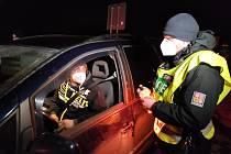 Úderem půlnoci začali policisté na Trutnovsku kontrolovat vládní opatření.