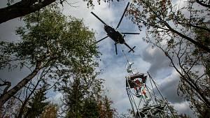 Vrtulník usazoval konstrukci rozhledny Žaltman