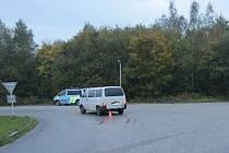 U čerpací stanice Robin Oil v Trutnově srazil 42letý řidič vozu VW Transporter při odbočování 83letého chodce.