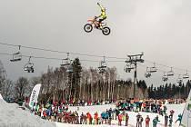 Freestyle motokrosař Petr Pilát bude létat na sjezdovce.