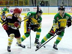 V početní převaze jako by proti Novému Bydžovu neustále hráli hokejisté Dvora Králové. Rozhodčí jim přitom za 60 minut povolil jen jednu přesilovku. Soupeř i tak inkasoval 11 branek.