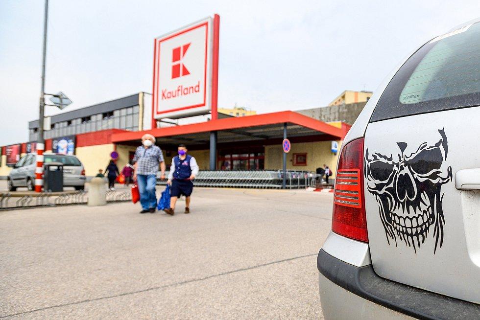 Lidé vyrazili nakupovat do trutnovského Kauflandu ve čtvrtek před velikonočními svátky. Obchodní dům čeká od 12. dubna rekonstrukce.