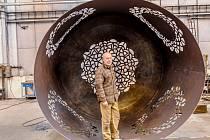 Háčkovaná věž sochaře Čestmíra Sušky vyrostla v trutnovské firmě Kasper