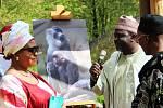 SLAVNOSTNÍHO POJMENOVÁNÍ mladých drilů se ujali zástupci nigerijské ambasády. Právě v jejich zemi primáti žijí.