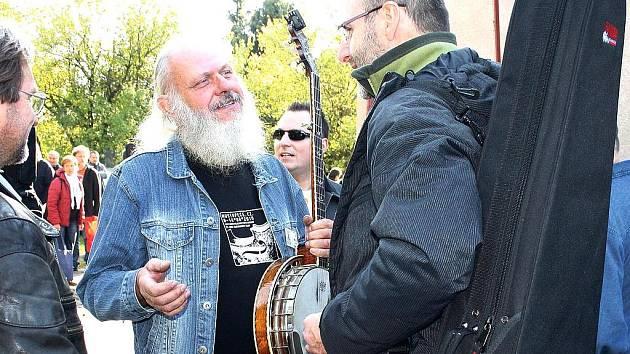 NEJEN SAMOTNOU VÝUKU, ale také príležitost popovídat si s práteli o muzice. To vše prinesl i letošní bluegrassový workshop v Malých Svatonovicích.
