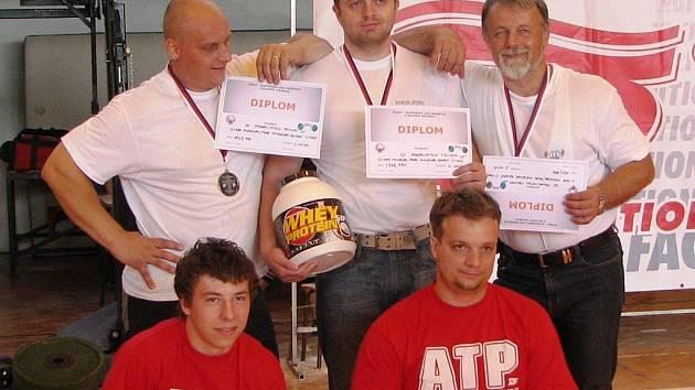 TRUTNOVŠTÍ POWERLIFTEŘI (stojící zleva): Pavel Hurdálek, Bohuslav Šimek, Libor Hurdálek, (klečící zleva) Tomáš Kalenský, Martin Hurdálek.