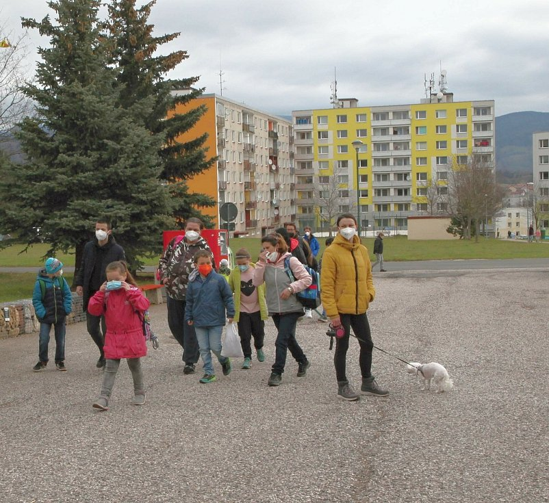 V pondělí 12. dubna se vrátili do školních lavic žáci ZŠ Školní ve Vrchlabí. Před vstupem do tříd se všichni museli podrobit testu na covid-19.