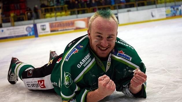 Petr Chytráček, dlouholetý tahoun trutnovských hokejistů. Na snímku z března 2014, kdy se hrálo v zelených dresech a podle toho se barvily  i účesy.