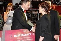 ŠEK na částku 35 070 korun převzala  od hejtmana Martina Půty za turnovský  spolek Slunce všem Bohuslava Charousková.
