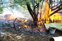Požár porostu a kůlny v Malých Svatoňovicích