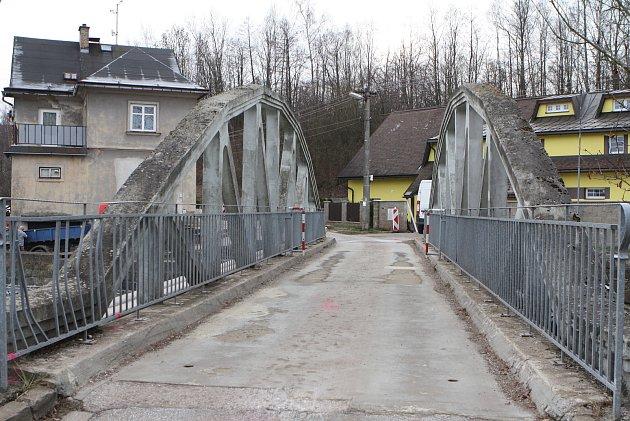 Poničený obecní most, přes který si mnozí řidiči zkracovali cestu.