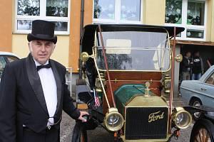 Soutěž historických automobilů a motocyklů v krkonošském Studenci byla skvostnou přehlídkou automobilových a motocyklových veteránů z předválečné a poválečné doby.