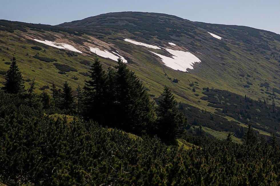 Tropické teploty zasáhly celou republiku. I přesto ale na hřebenech Krkonoš zůstává velká vrstva sněhu na loukách mezi Luční boudou a chatou Výrovka.