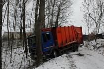 Hasiči vyprošťovali v Batňovicích popelářský vůz.