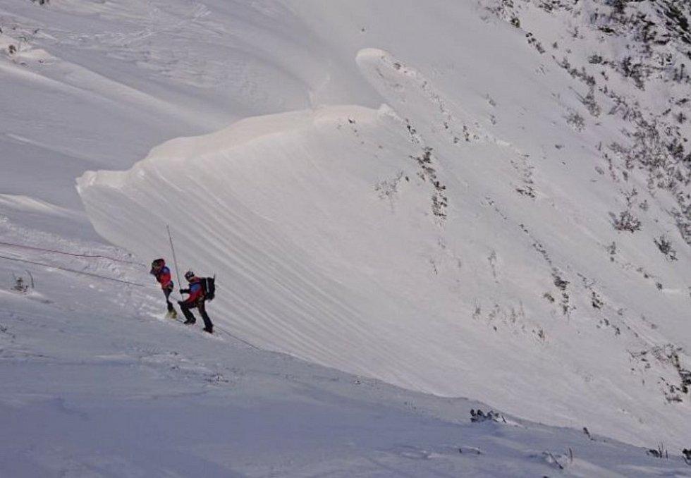 Měření sněhového profilu v odtrhové zóně žlabu.