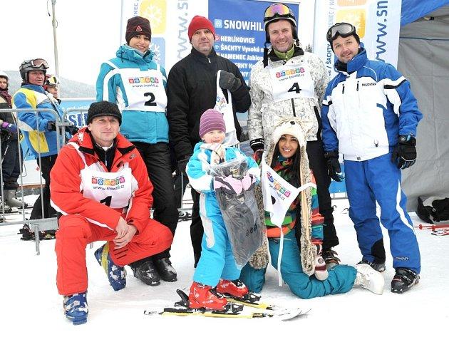 BYLO VESELO. Kdo v sobotu navštívil Herlíkovice, mohl sledovat lyžařské umění známých osobností showbyznysu.