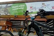 Při cyklovýletu po krkonošských hřebenech si můžete dobít elektrokolo na Kolínské boudě, ale i dalších místech, například v pivovaru Trautenberk v Malé Úpě.