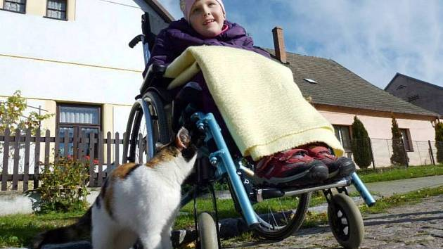 LUCIE  po vyšetření v nemocnici utrpěla nevratné poškození mozku. Dostane příspěvek na speciální tříkolku.