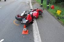 Při předjíždění neviděl motorku, její řidič je lehce zraněný