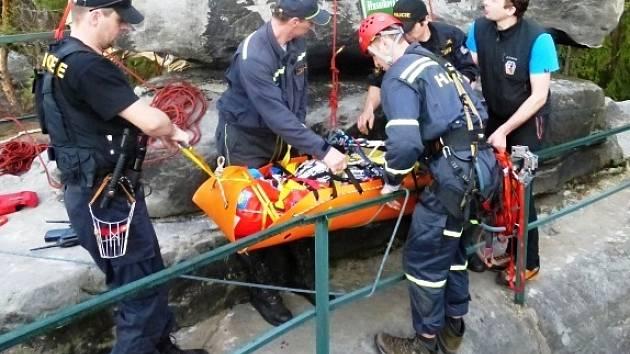 CVIČENÍ NA ZÁCHRANU osob ve skalním bludišti Kalich Chléviště na Turnovsku prověřilo připravenost IZS.