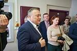 Starosta Trutnova Ivan Adamec při představení moderních přístrojů v trutnovské nemocnici.