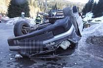 Automobil se při nehodě obrátil na střechu.